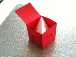 Pyramiden passer nøyaktig inn i kuben